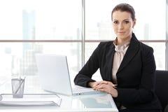 Mulher de negócios na mesa com computador fotos de stock
