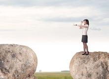 Mulher de negócios na montanha da rocha Fotografia de Stock Royalty Free