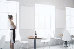 Mulher de negócios no café com cartaz Fotos de Stock Royalty Free