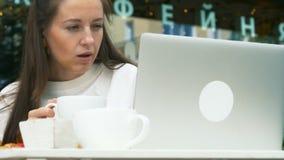 Mulher de negócios no café exterior com portátil vídeos de arquivo