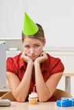 Mulher de negócios no chapéu do partido com queque do aniversário Fotos de Stock Royalty Free