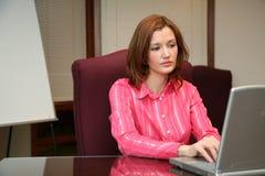 Mulher de negócios no computador foto de stock