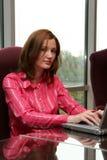 Mulher de negócios no computador fotos de stock