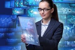 A mulher de negócios no conceito da mineração de dados fotografia de stock royalty free