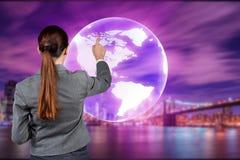 A mulher de negócios no conceito do negócio global Fotos de Stock Royalty Free