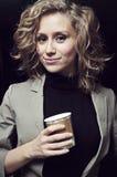 Mulher de negócios no escritório com café Fotografia de Stock Royalty Free