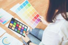 Mulher de negócios no escritório na camisa ocasional Verifique o molde da cor do original para ver se há o designer gráfico imagem de stock royalty free