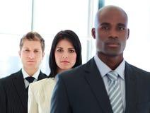 Mulher de negócios no foco com sua equipe em uma linha imagens de stock