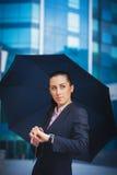 Mulher de negócios, no fundo moderno da construção Foto de Stock Royalty Free
