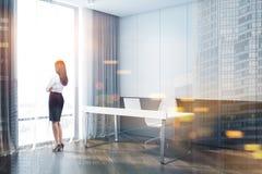 Mulher de negócios no interior do escritório imagem de stock royalty free