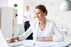Mulher de negócios no local de trabalho imagens de stock royalty free