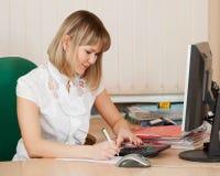 Mulher de negócios no quarto do escritório Fotografia de Stock Royalty Free