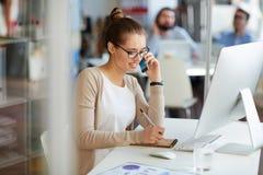 Mulher de negócios no telefone com sócios Foto de Stock
