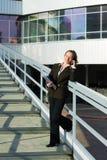 Mulher de negócios no telefone no aeroporto. Imagem de Stock