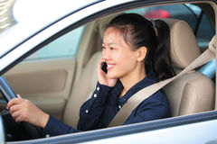 Mulher de negócios no telefone no carro Imagens de Stock