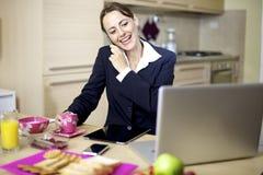 Mulher de negócios no telefone no nome Fotografia de Stock