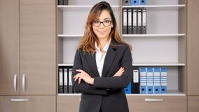 Mulher de negócios no terno formal que sorri na câmera video estoque