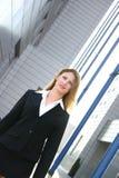 A mulher de negócios no terno preto dobrou fotografia de stock