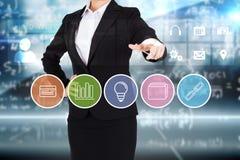 A mulher de negócios no terno que aponta o dedo ao negócio app abotoa-se Imagem de Stock Royalty Free