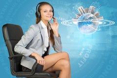 Mulher de negócios nos auriculares e no globo Imagem de Stock