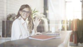 Mulher de negócios nos vidros que acenam ao visor Fotos de Stock Royalty Free