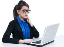 Mulher de negócios nova atrativa que usa o portátil fotografia de stock royalty free
