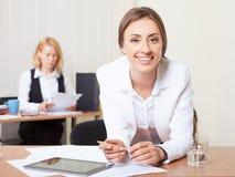 Mulher de negócios nova atrativa que usa a tabuleta Fotos de Stock Royalty Free
