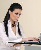 Mulher de negócios nova bem sucedida com portátil Imagens de Stock Royalty Free
