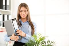 Mulher de negócios nova With Binder Fotos de Stock Royalty Free