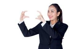 Mulher de negócios nova bonita de Ásia com gesto que aponta algo Foto de Stock Royalty Free