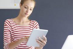 Mulher de negócios nova bonita com tabuleta digital imagem de stock