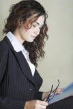 Mulher de negócios nova bonita em terno listrado Fotografia de Stock