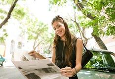 Papel da leitura da mulher de negócios. fotos de stock royalty free