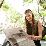 Papel da leitura da mulher de negócios. fotos de stock