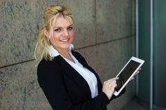 Mulher de negócios nova bonita que usa o PC da tabuleta fotos de stock