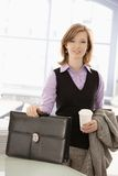 A mulher de negócios nova chegou ao escritório imagens de stock