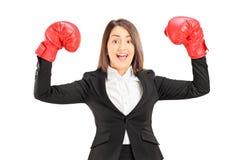 Mulher de negócios nova com as luvas de encaixotamento vermelhas que gesticula o sucesso Fotografia de Stock Royalty Free