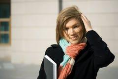 Mulher de negócios nova com caderno. fotos de stock royalty free