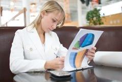 Mulher de negócios nova com cartas no café fotografia de stock