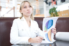 Mulher de negócios nova com cartas no café imagem de stock