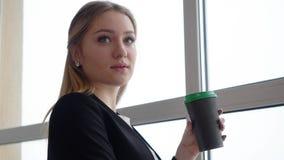 Mulher de negócios nova com copo de café video estoque