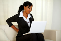 Mulher de negócios nova com dor traseira Fotos de Stock Royalty Free