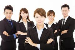 Mulher de negócios nova com a equipe bem sucedida do negócio Imagens de Stock Royalty Free