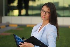 Mulher de negócios nova com fólio - imagem conservada em estoque Imagens de Stock