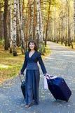 Mulher de negócios nova com mala de viagem. Fotografia de Stock Royalty Free