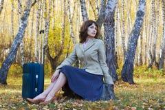 Mulher de negócios nova com mala de viagem. Imagens de Stock