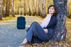 Mulher de negócios nova com mala de viagem. Imagem de Stock Royalty Free