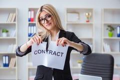 A mulher de negócios nova com mensagem no escritório fotografia de stock