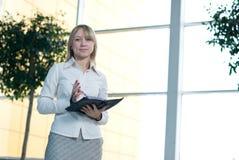 Mulher de negócios nova com o planejador do dia na entrada Imagens de Stock Royalty Free