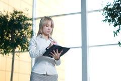 Mulher de negócios nova com o planejador do dia na entrada Foto de Stock Royalty Free